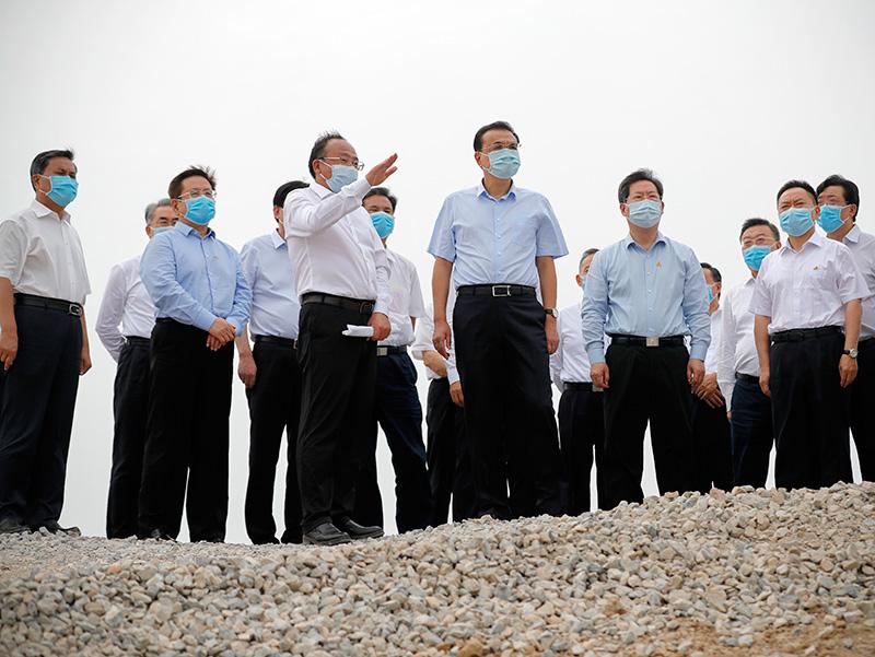 李克强来到河南省卫辉市,考察卫河决口堤段修复进展情况